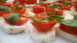 モッチァレラチーズの上にトマト