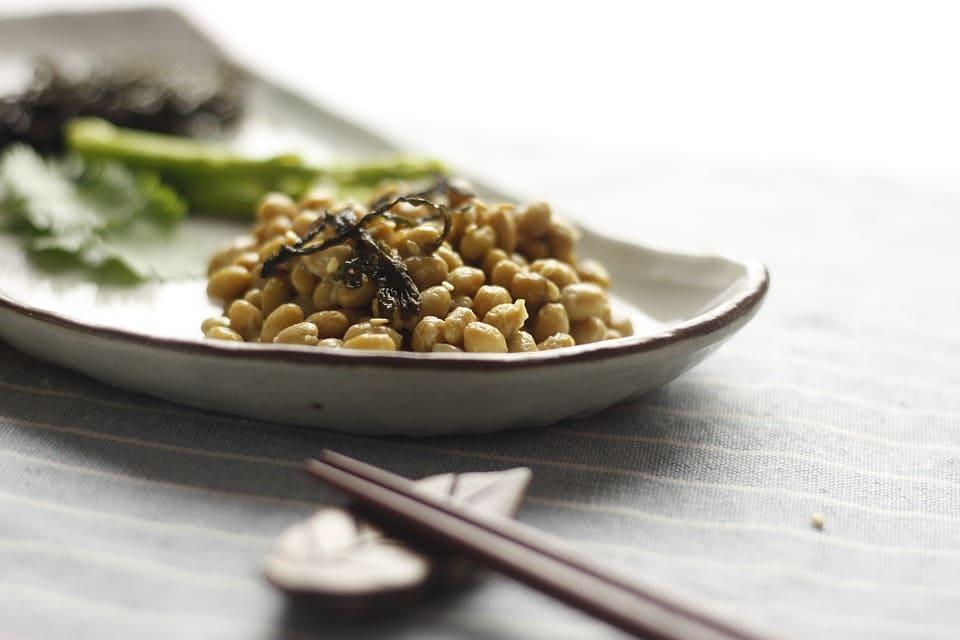 皿の上に載っている納豆