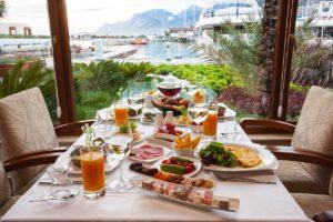 テーブルの上に豪華な料理