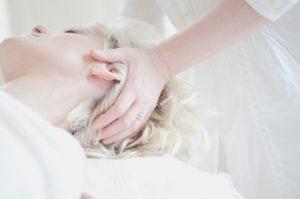 頭のマッサージを受ける女性