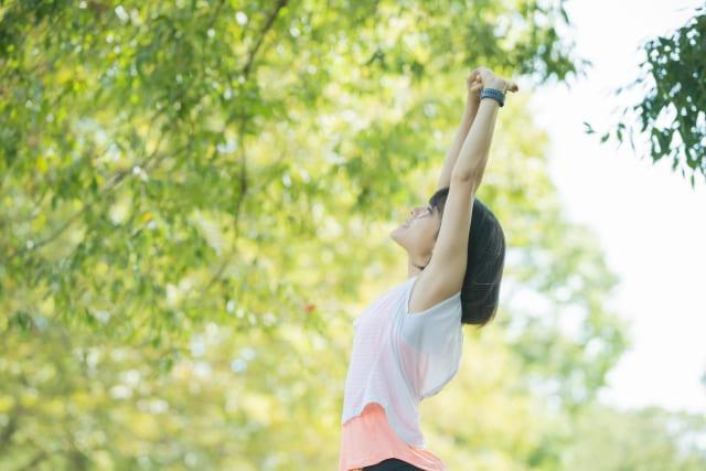 運動の休憩に深呼吸する女性