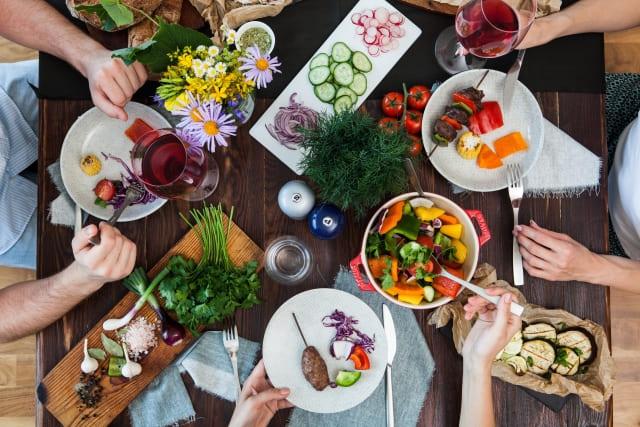 食事を楽しむ家庭