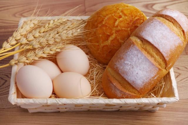 卵と小麦とパンがかごの中に入っている